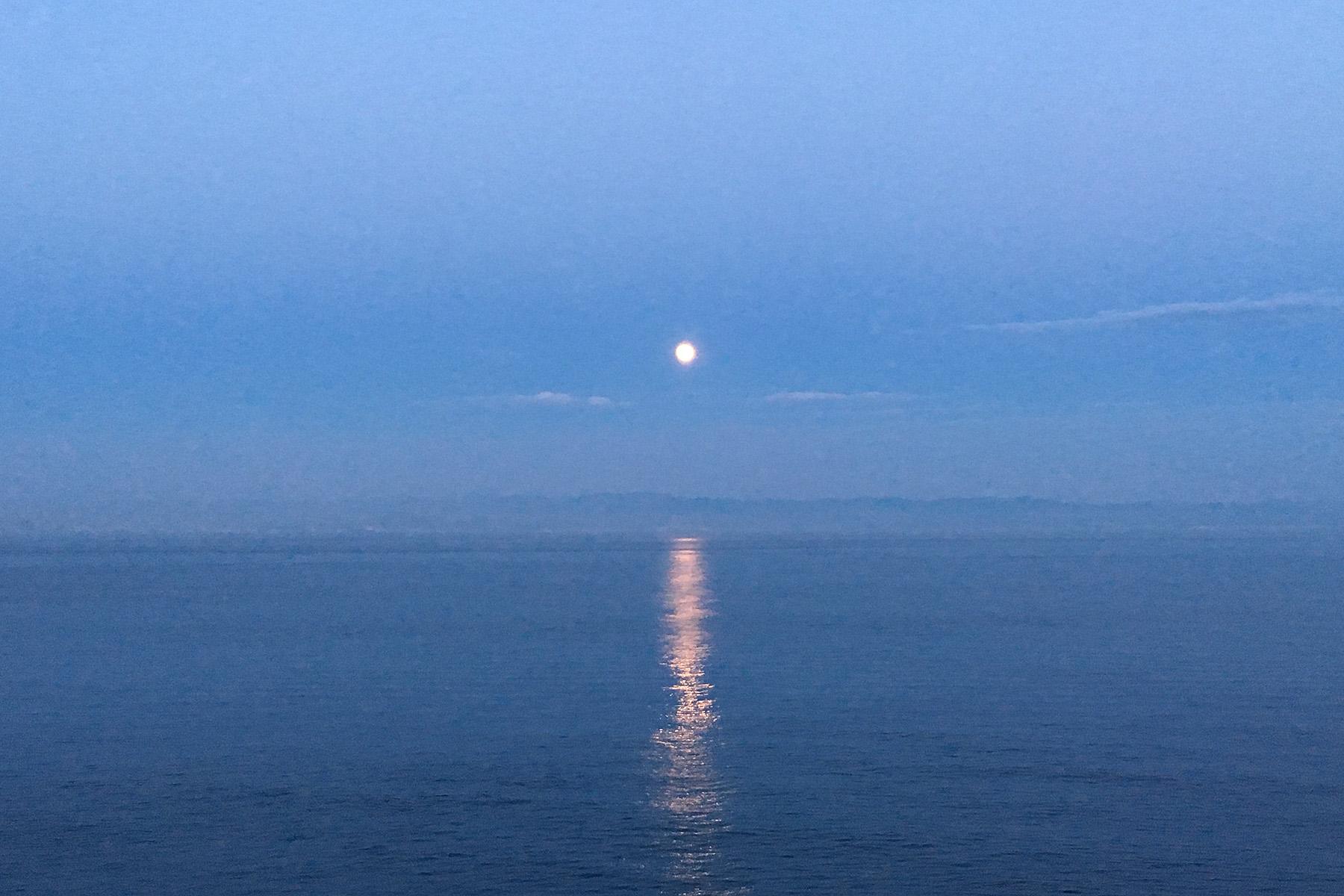 ダイヤモンドプリンセスから見た月